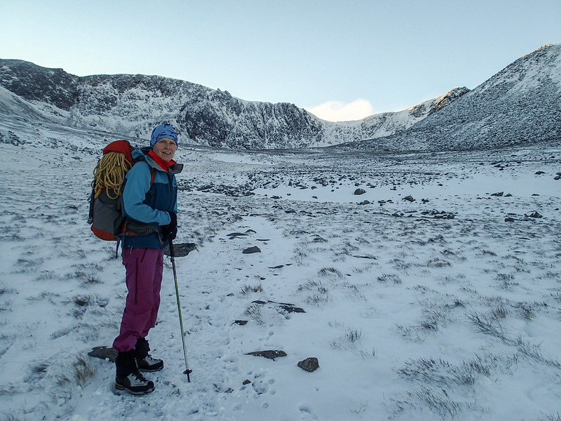 Sun, 2016-11-20 08:53 - Winter walk-in to Cairngorms Coire an t-Sneachda with a single pole