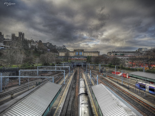 edimburgo edinburgh escocia scotland nubes clouds sky cielo tren train ferrocarril railway estacion station photomatix hdr perspectiva perspective sunset atardecer huawei