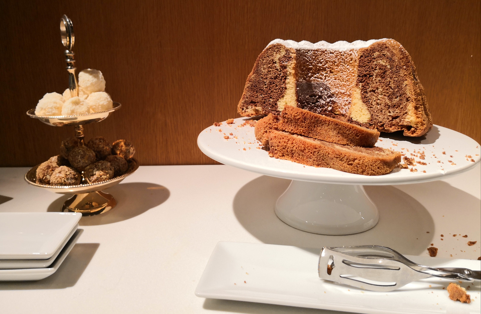 Marble ring cake and pralines