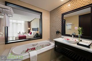 Honeymoon-bathroom