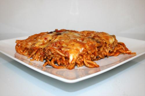 Baked spaghetti with bell pepper & kidney beans - Side view / Gebackene Spaghetti mit Paprika & Kidneybohnen - Seitenansicht