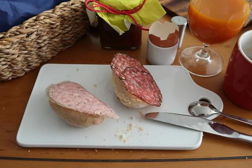 Gekochtes Mett und Pfeffersalami auf frisch gebackenem Brötchen