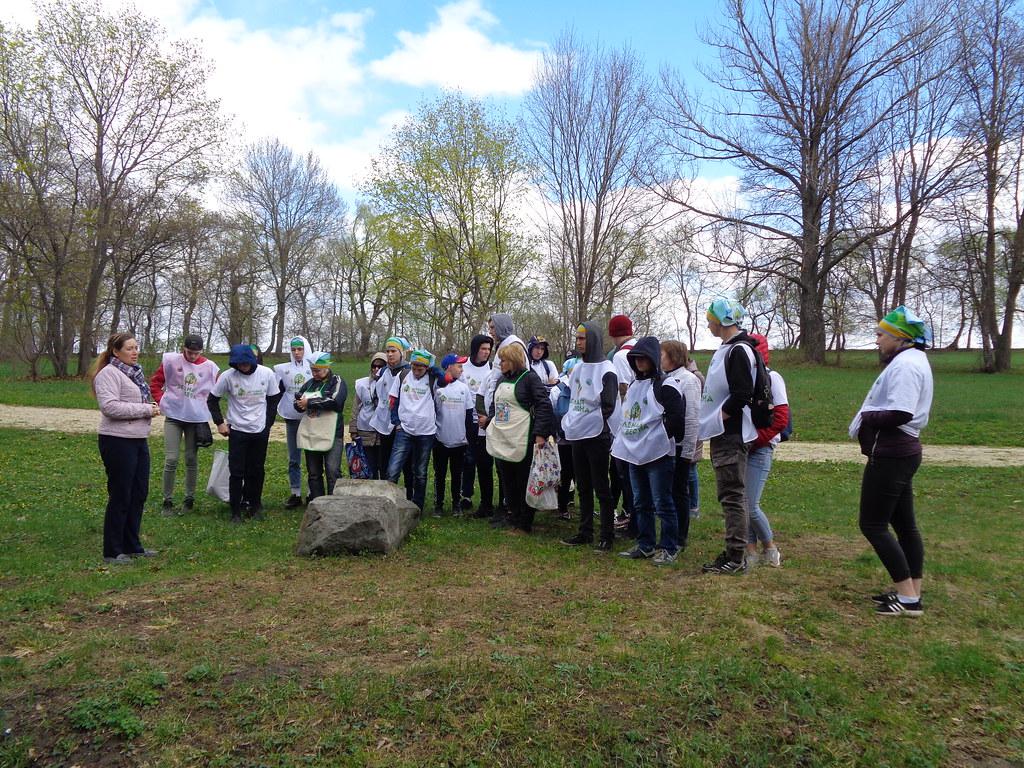 Студенты Технологического колледжа Пензенского государственного технологического университета и Пензенского агропромышленного колледжа на экологическом субботнике «Зеленая Весна - 2019» в парке «Апалиха» музея «Тарханы»
