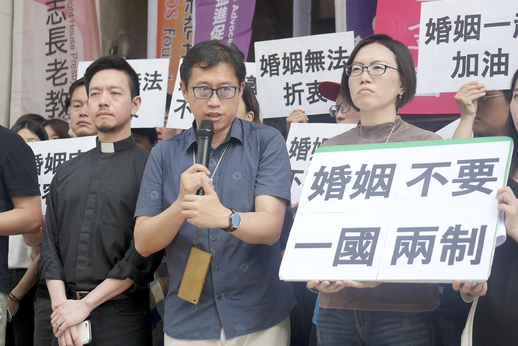 【圖四】台灣守護民主平台理事宋承恩提醒大家仔細思考台灣並非神權國家,台灣有民主與憲政制度,而今我們要的是民主憲政還是要宗教治國?