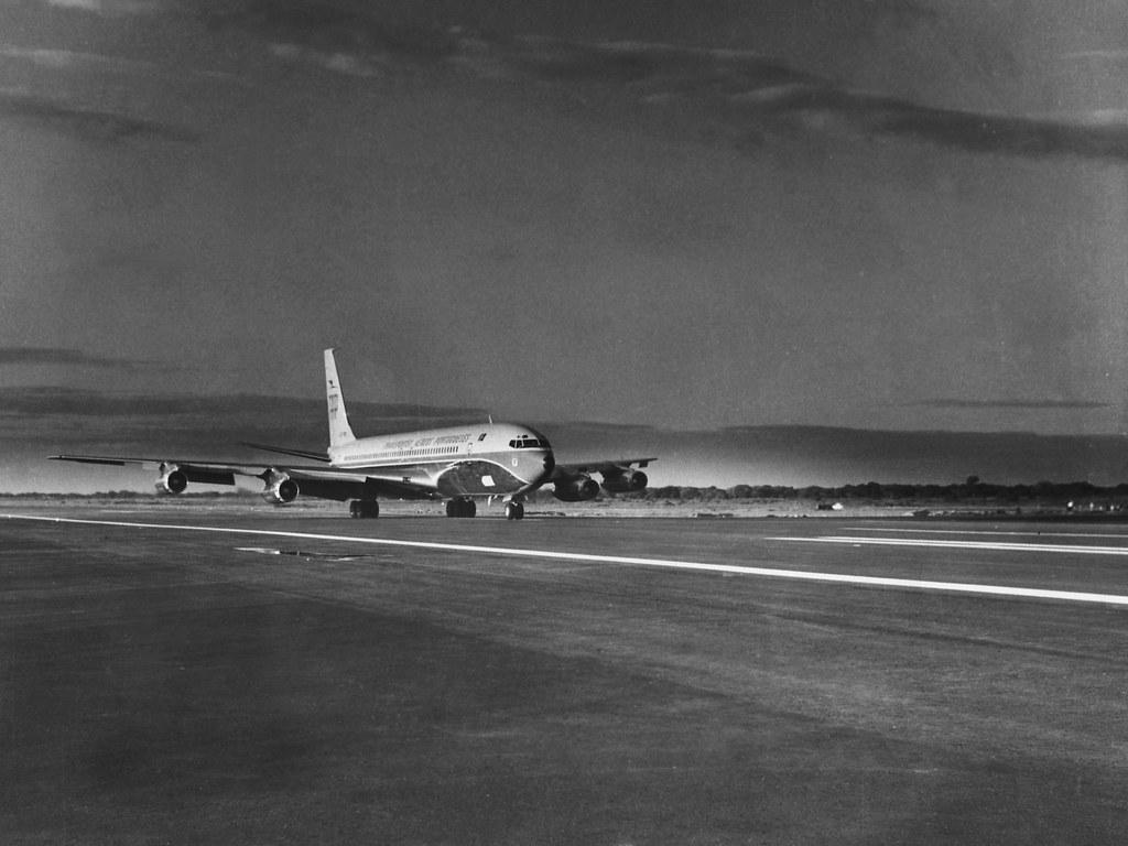 Avião que inaugurou a nova pista para aviões a jacto do aeroporto de Gago Coutinho, Lourenço Marques (Fotografia de Cartaxo, 1/6/70)