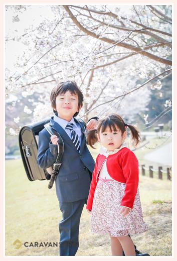 桜の花と兄弟(お兄ちゃんと妹) 森林公園(愛知県尾張旭市)