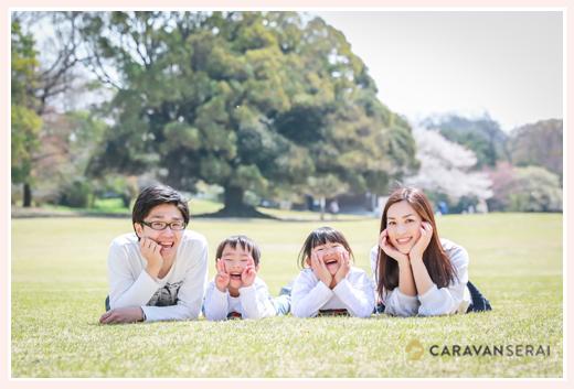 公園の芝生に寝転がって家族写真 森林公園(愛知県尾張旭市)