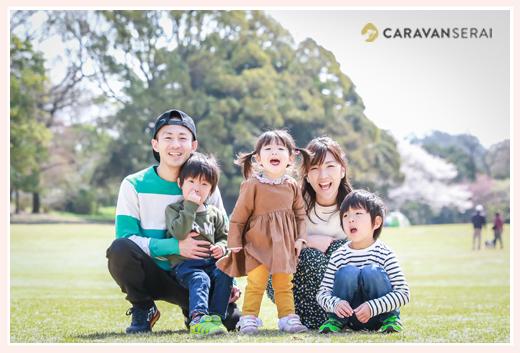 森林公園(愛知県尾張旭市)の芝生広場で家族写真