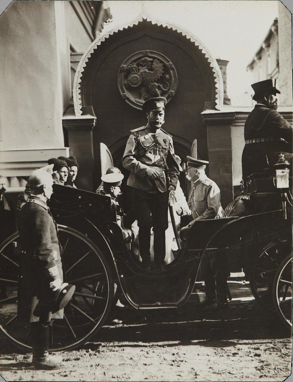 1913. Император Николай II у палат бояр Романовых