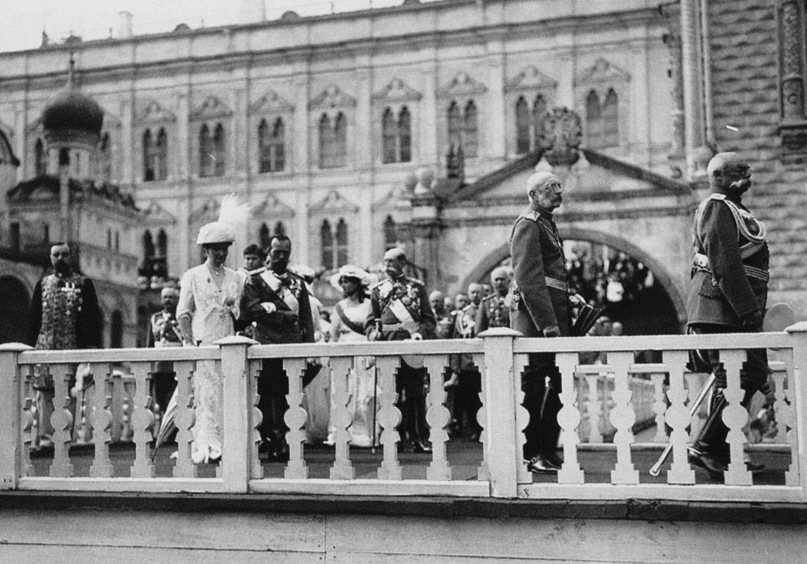 1913. Император Николай II и императрица Александра Федоровна во время торжественного выхода в Кремле