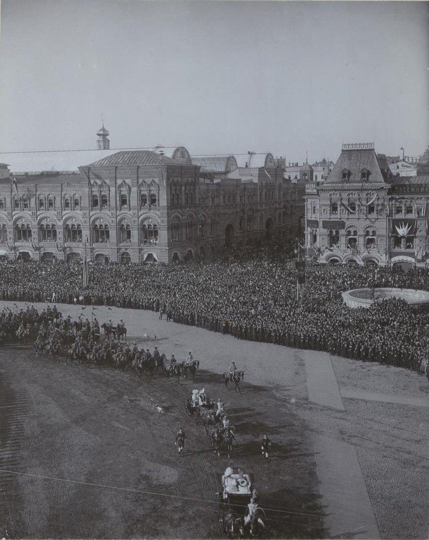 1Императорский кортеж проезжает по Красной площади и заворачивает в Кремль