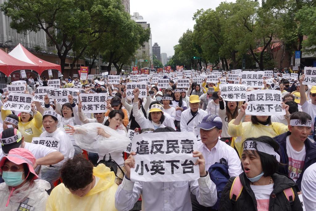 反同團體大動員,在立院另一側陳抗,要求蔡英文下台。(攝影:張智琦)
