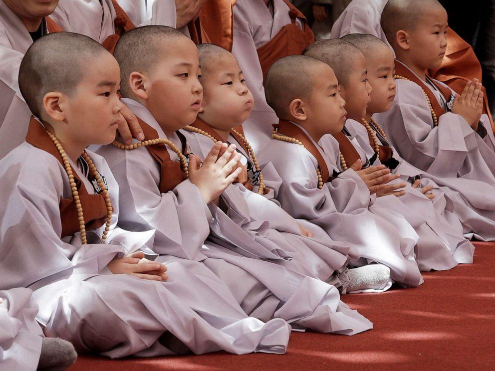 Para samanera kecil mengikuti kebaktian di Vihara Jogye, Seoul, Korea Selatan.