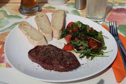 Rumpsteak mit Tomaten-Ruccola-Salat und Baguette