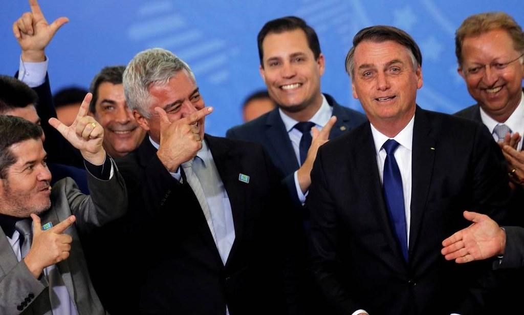 Bolsonaro assina decreto que estende porte de armas para 20 profissões, como políticos e advogados