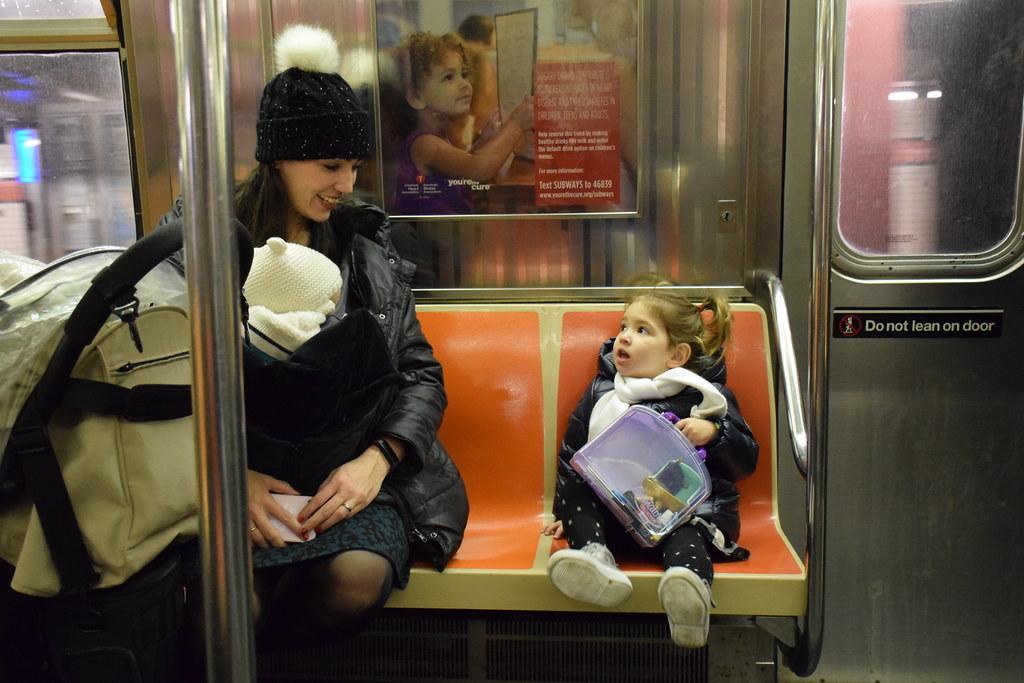 Explicándole los planes del día en el metro de Manhattan