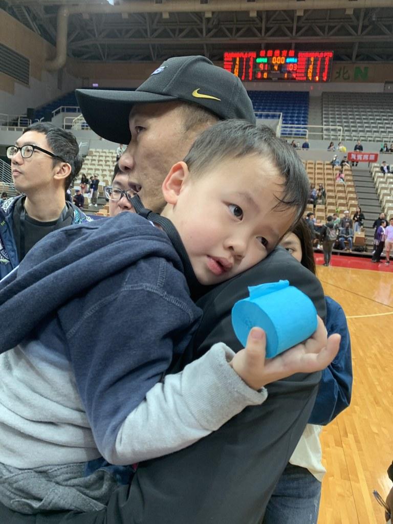 許晉哲抱著小兒子受訪。(倪芝蓉攝)