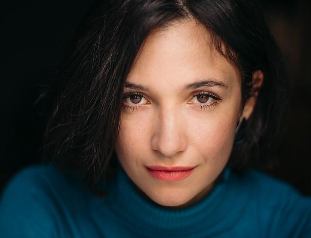 Retrato de la actriz Mariana Cinat en el teatro, después de un ensayo.