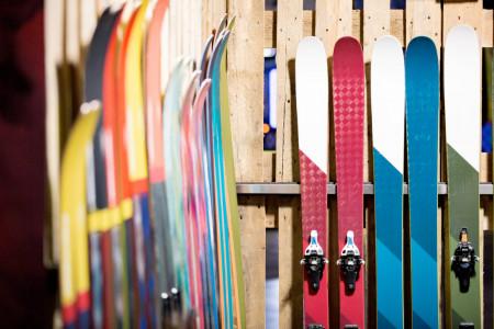 Jak dobře uložit lyže k letnímu spánku