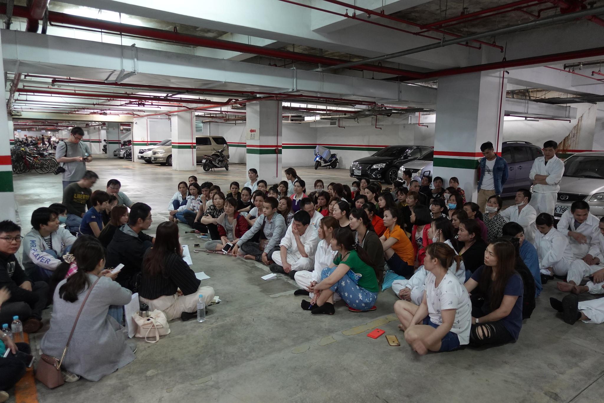 移工罷工聚集在地下停車場和資方談判。(攝影:張智琦)