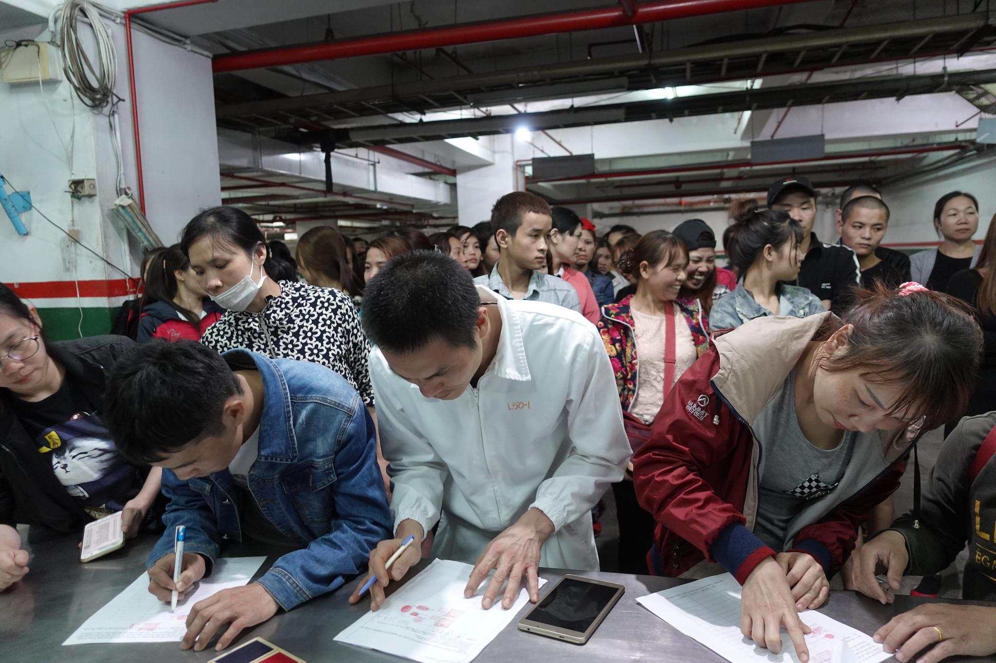 罷工移工與資方簽署協議。(攝影:張智琦)