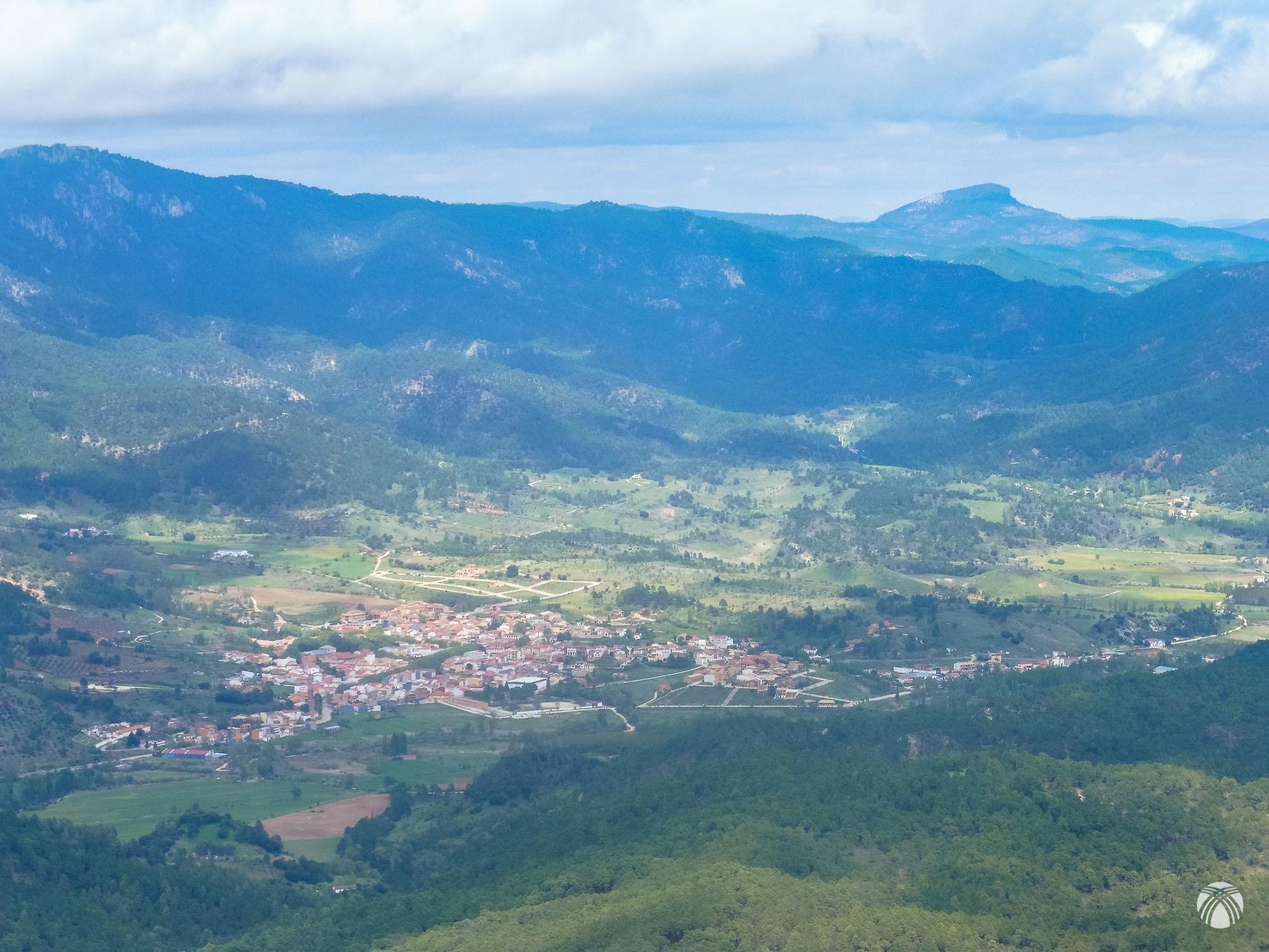 El valle de Riópar y el Padrastro de Bogarra en el horizonte