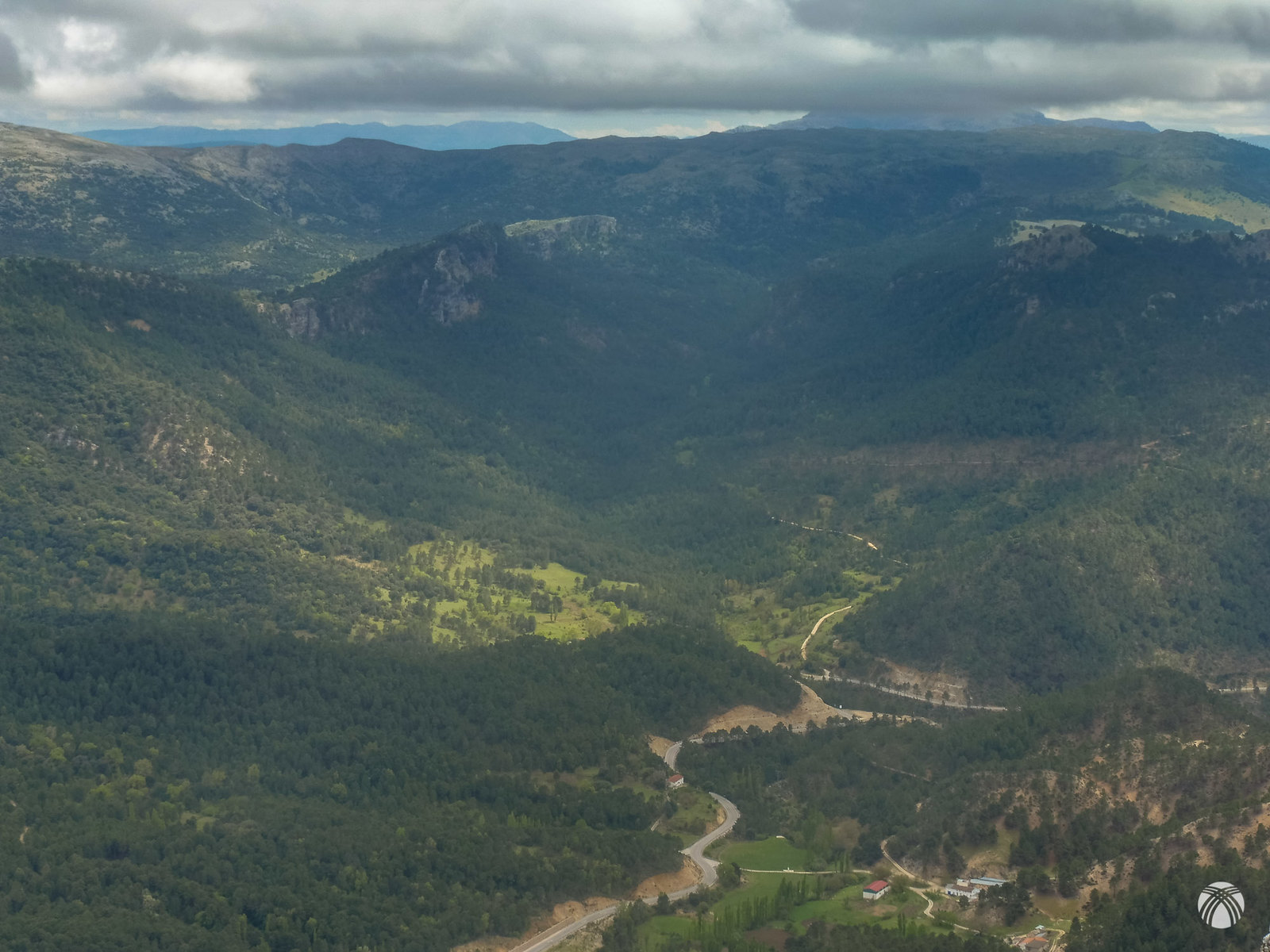 Un valle precioso el de la cañada de los Mojones. Arriba las nubes acosan al Calar de la Sima