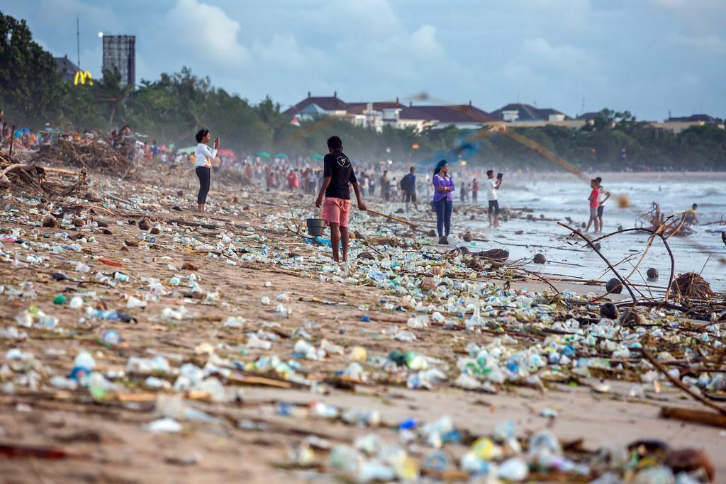 峇里島庫塔海灘的污染情形。 來源:Maxim Blinko v/Shutterstock.com 圖片由IPBES提供。