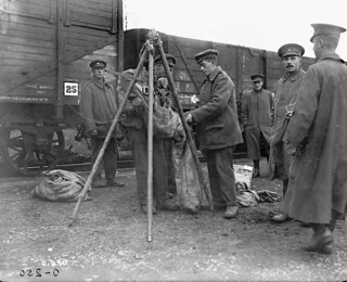 Potatoes being rationed to soldiers in the 1st Division of the Canadian Army Service Corps / Rations de pommes de terre distribuées aux soldats de la 1re Division du Corps de l'intendance de l'Armée canadienne