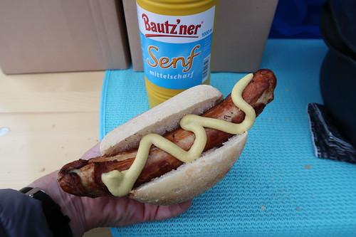 Bratwurst mit Bautz'ner Senf im Brötchen