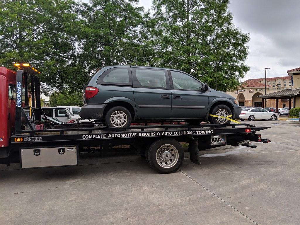 Это мою машину увозят. Ихняя машина уехала сама,правда с клубами пара.