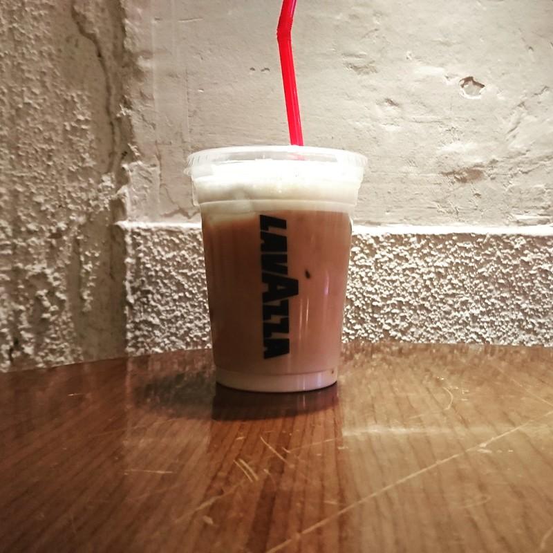 好きになれない中崎町カフェで唯一カッコいいカフェ「noon+cafe」で頼んだカプチーノとカッコいい壁