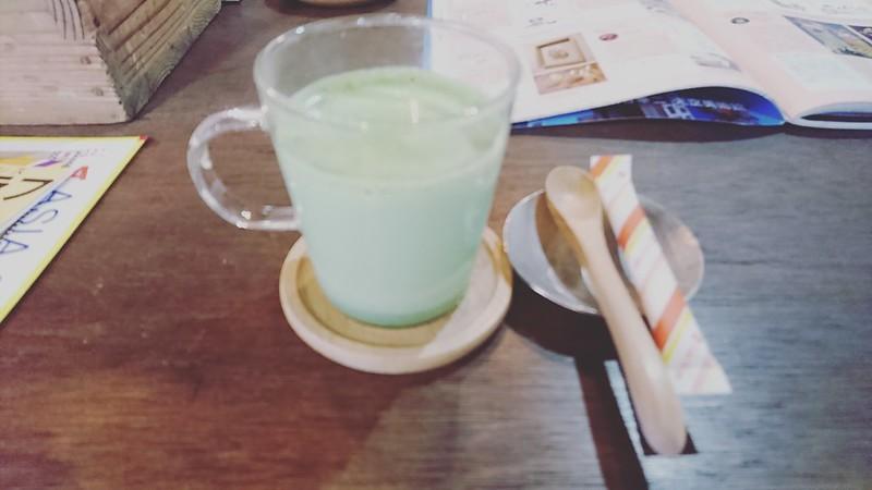 サロンモザイクでいただいた抹茶ミルクの写真です。
