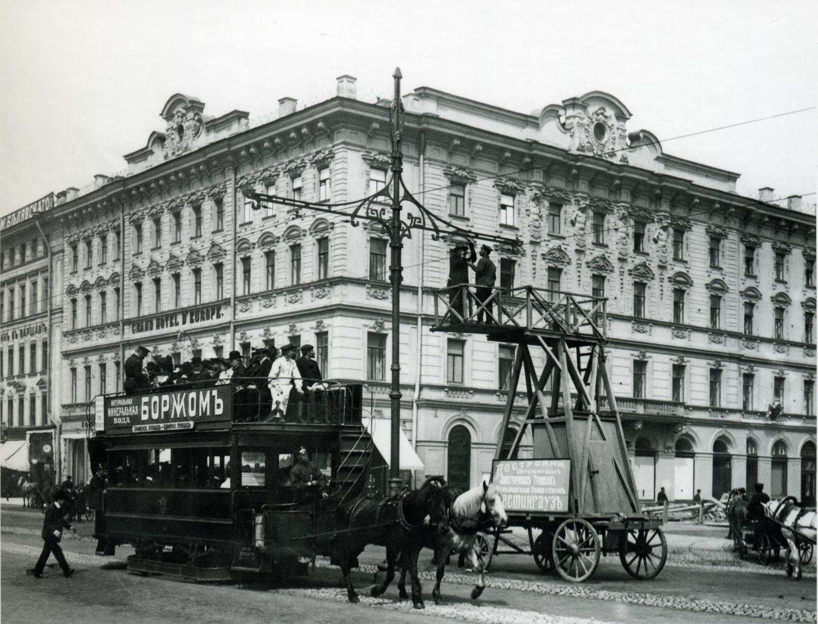 Работа по укреплению электропроводов для трамвайного движения на Невском проспекте. 1907.