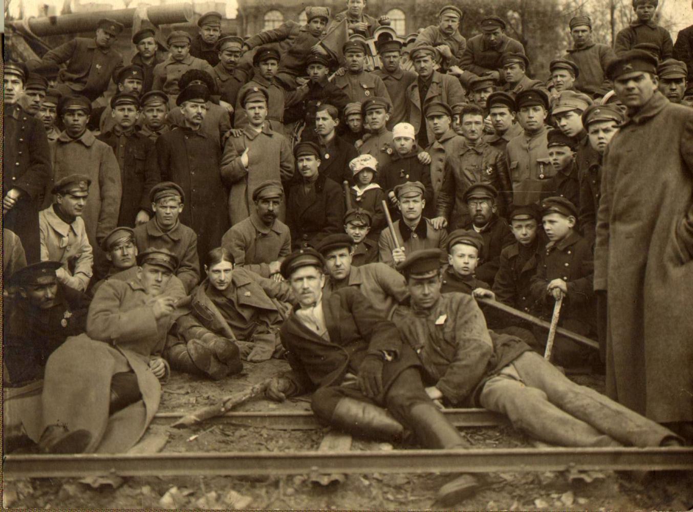 1920. Субботник в Петрограде. Слом ограды Зимнего дворца.