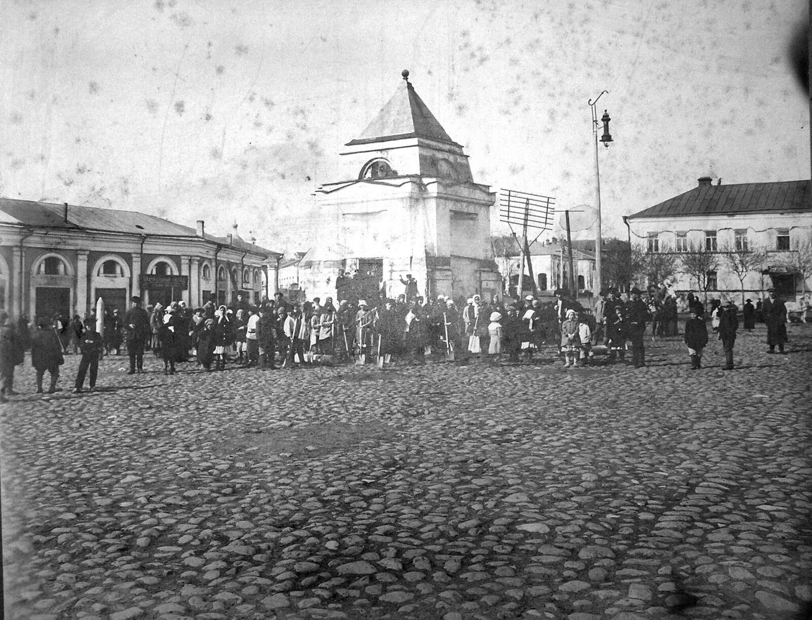 1920. Первомайский субботник на Торговой площади. Торжок