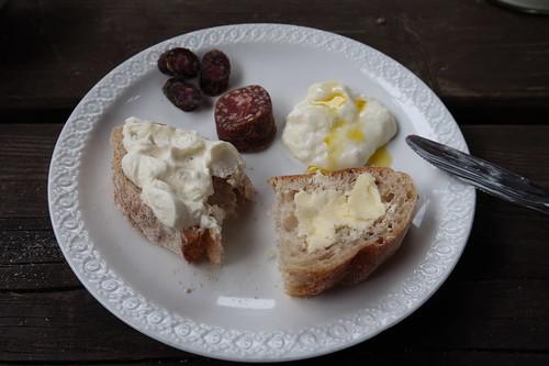 Frischkäse, Butter und Joghurt mit Leinöl sowie zweierlei Rinderwürstchen