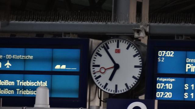 Die Zeit auf der Uhr in Dresden war gegangen noch nicht weit, sah einen Hain ich, groß und breit, rings um ging einer Mauer Lauf ein Bildniß war davor, und drauf gegraben auch viel manche Zeile 02394