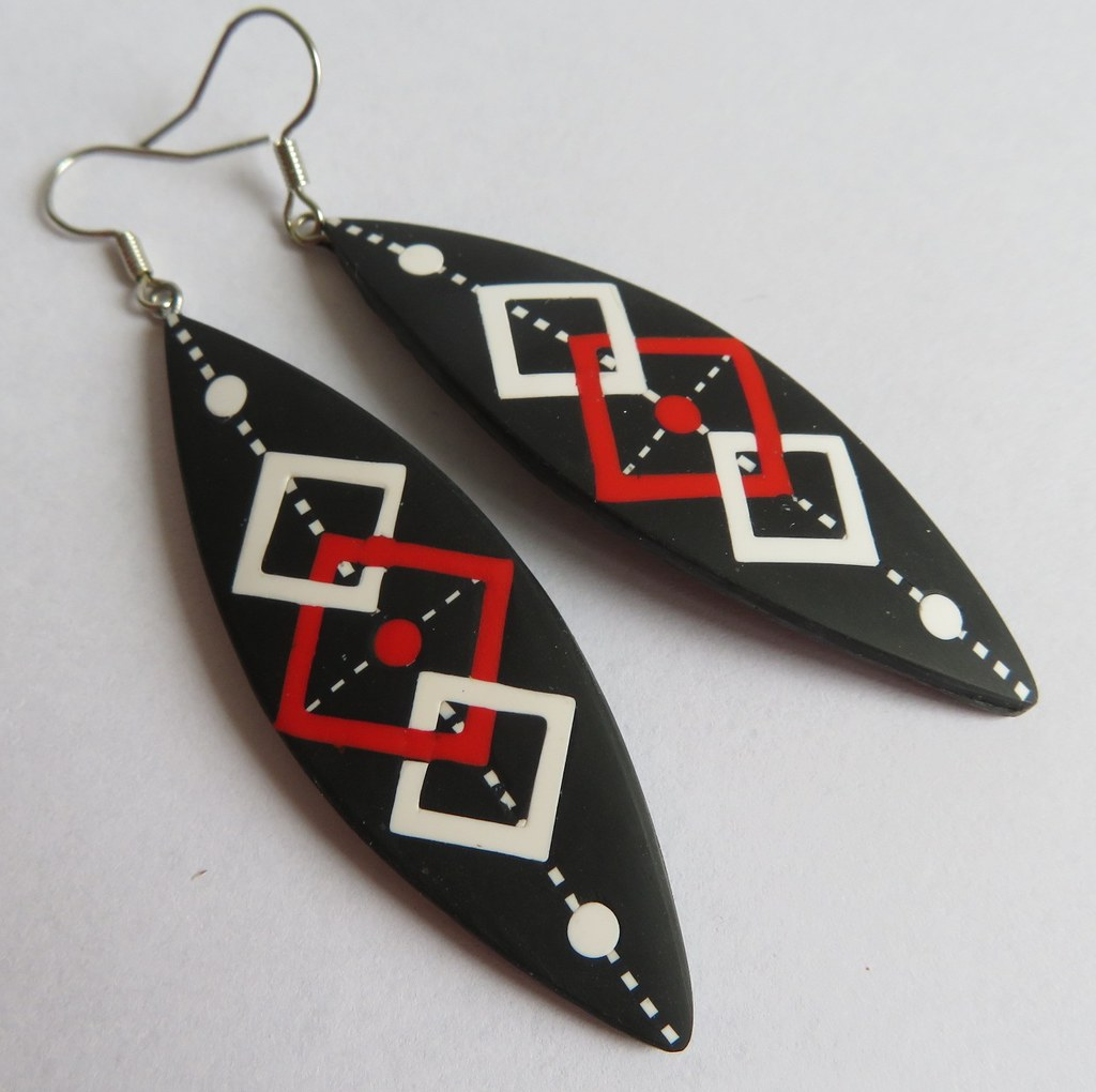Earrings with entwined pattern