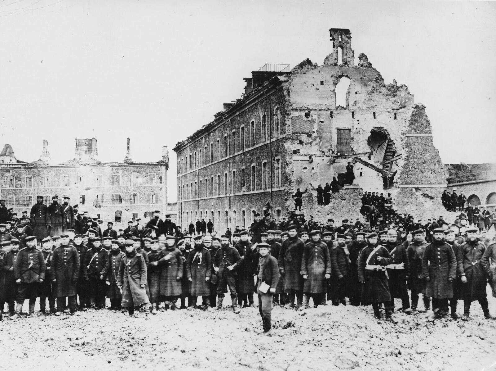 16. 1871. Прусские войска в руинах форта Исси близ Версаля во время осады Парижа. 1 февраля