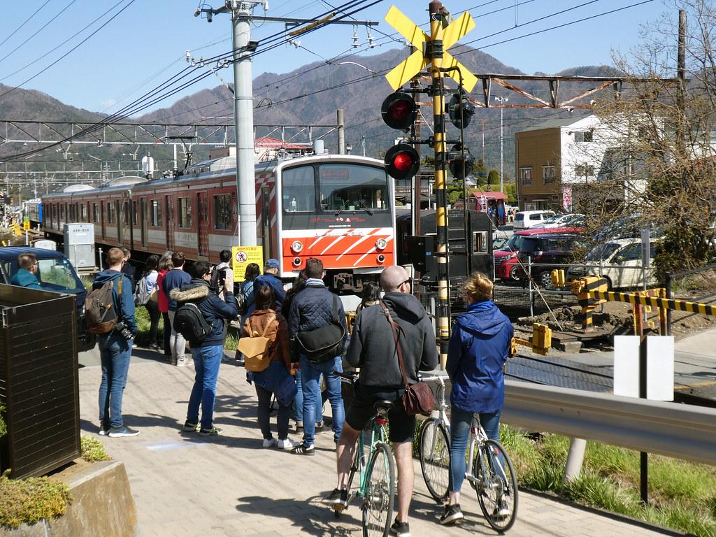 Железнодорожный переезд у станции