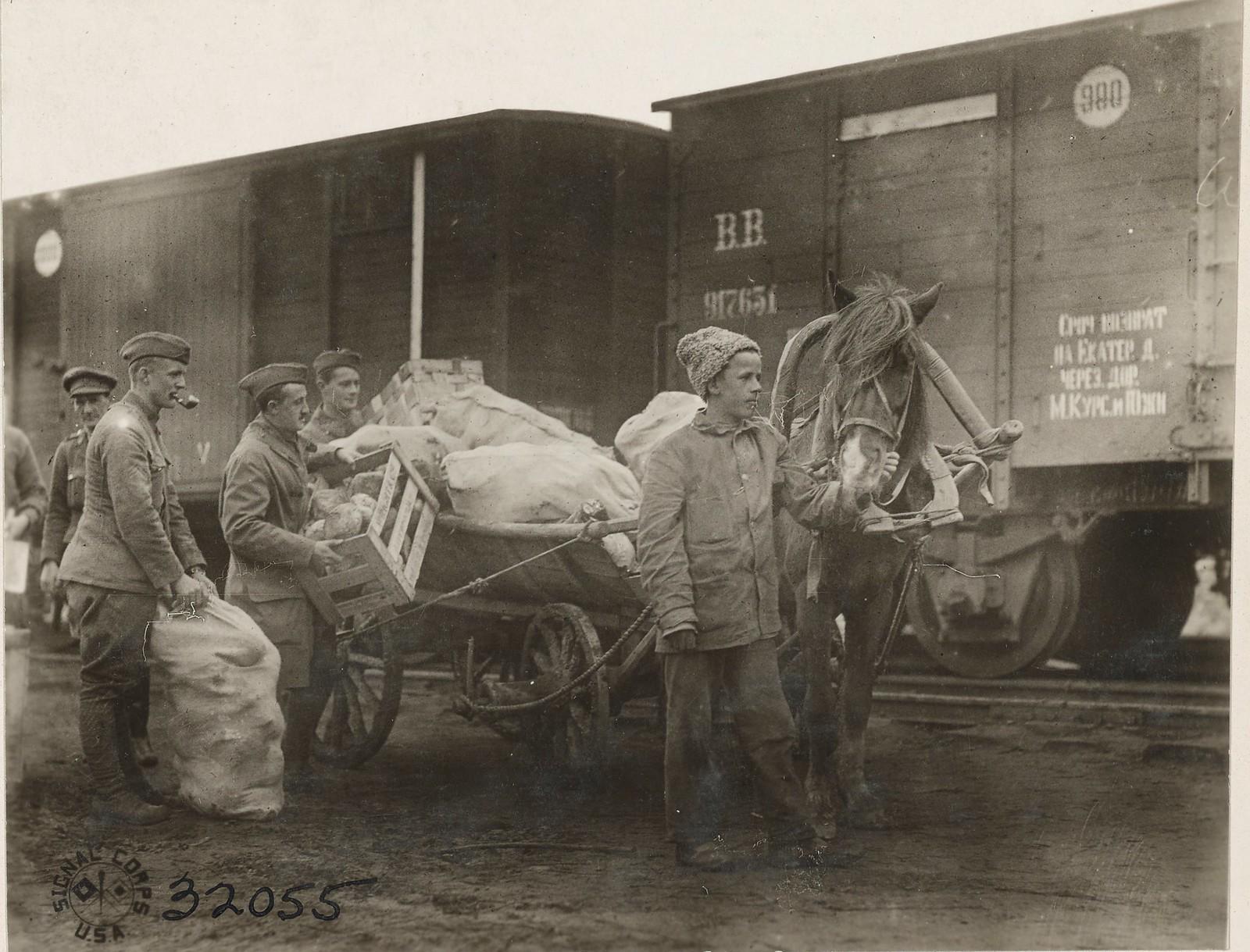 Обозерская. Солдаты 3 батальона грузят продовольствия на русские подводы