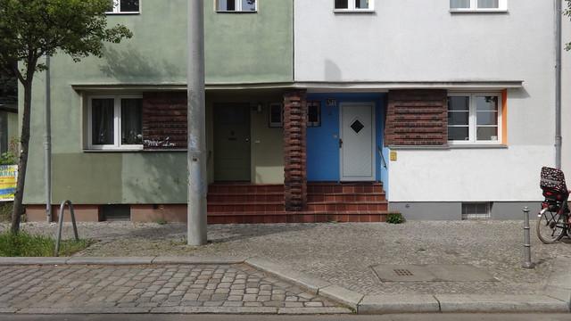 1929 Berlin Tür mit Vordach und exprssionistischem Ziegelfries Reihenwohnhaus Müggelseedamm 265-267 in 12587 Friedrichshagen