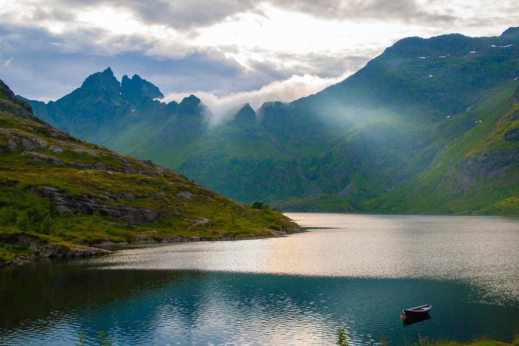 Imagine of a fjord in the Lofoten Islands