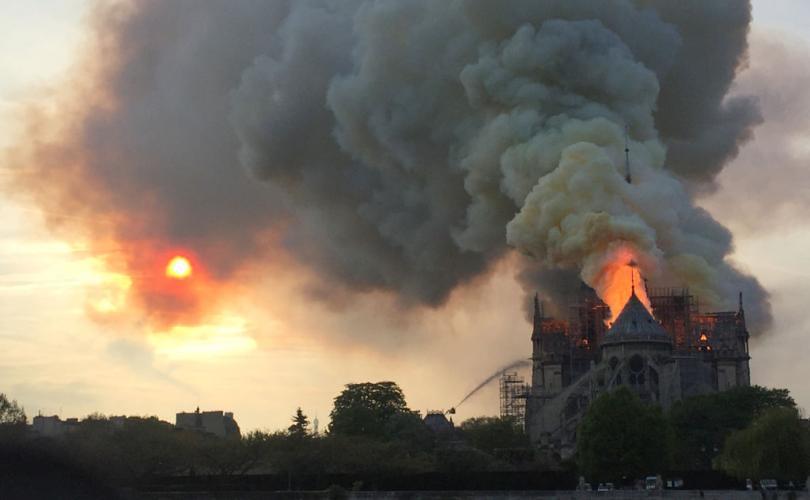 Fuego y cortina de humo en NotreDame