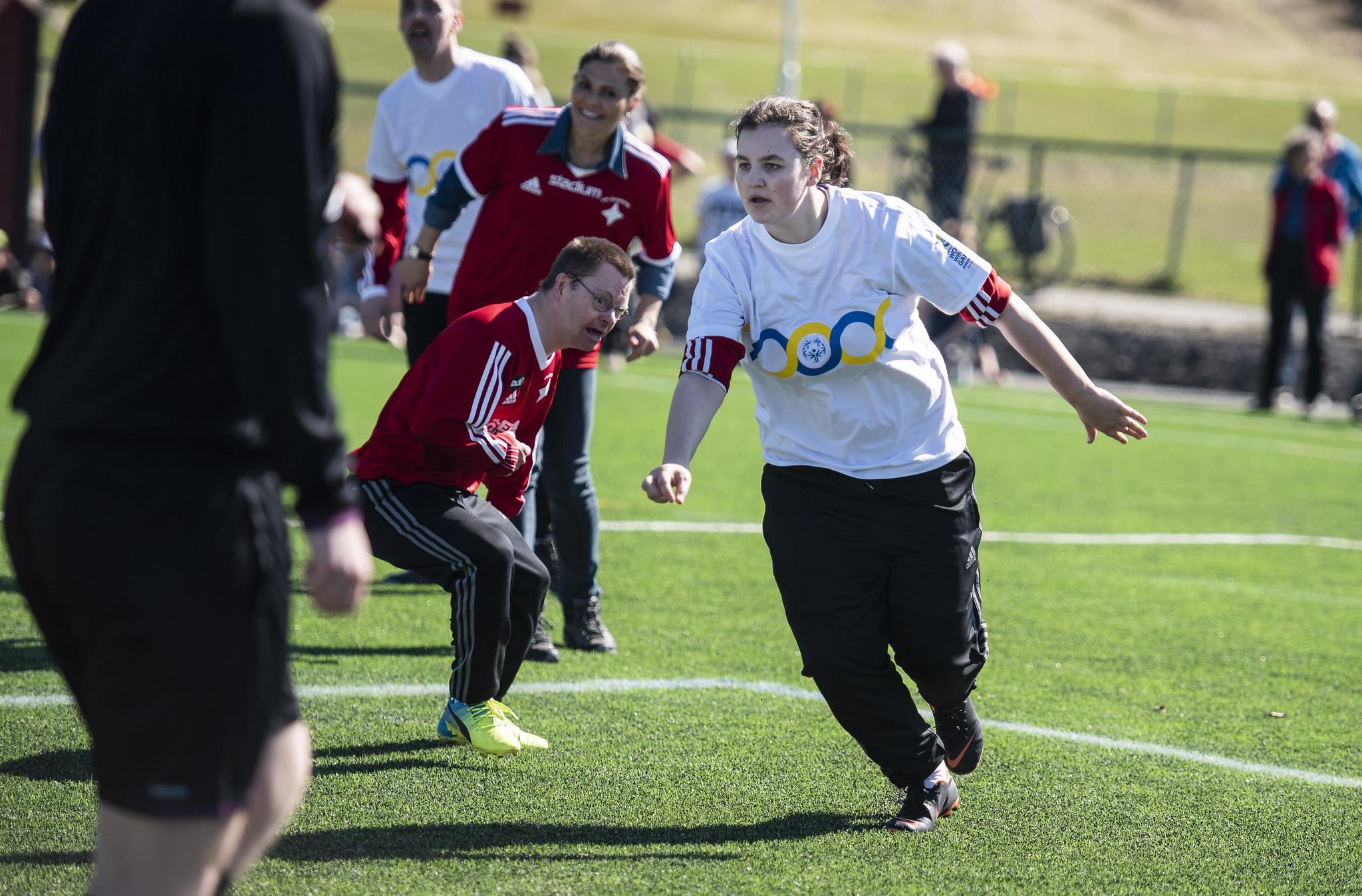 Kronprinsessan Victoria spelar parafotboll i Östersund