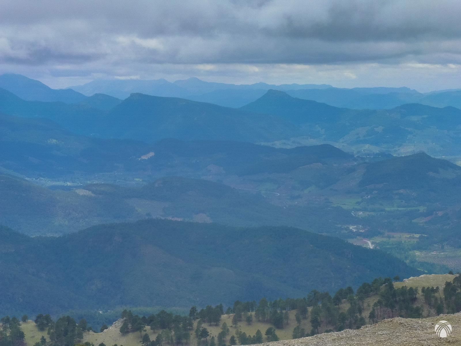 A poniente todo mucho más despejado: Peñalta, Bucentaina y las Villas muy lejos