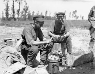 Two soldiers peeling potatoes / Deux soldats épluchant des pommes de terre.