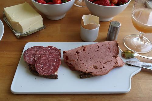 Rindersalami und Rinderfleischkäse auf Holzofenbrot