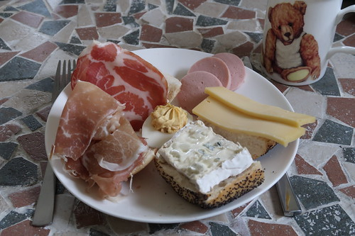 Mohnbrötchen mit Blauschimmelkäse und Gouda, Brötchen mit Coppa und rohem Schinken, Fleischwurst und gefülltes Ei